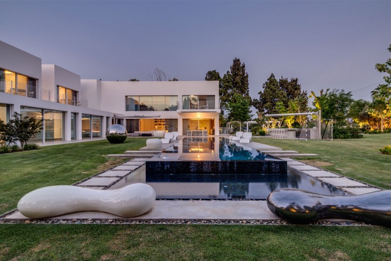 Unique Contemporary Villa by Nestor Sandbank 14