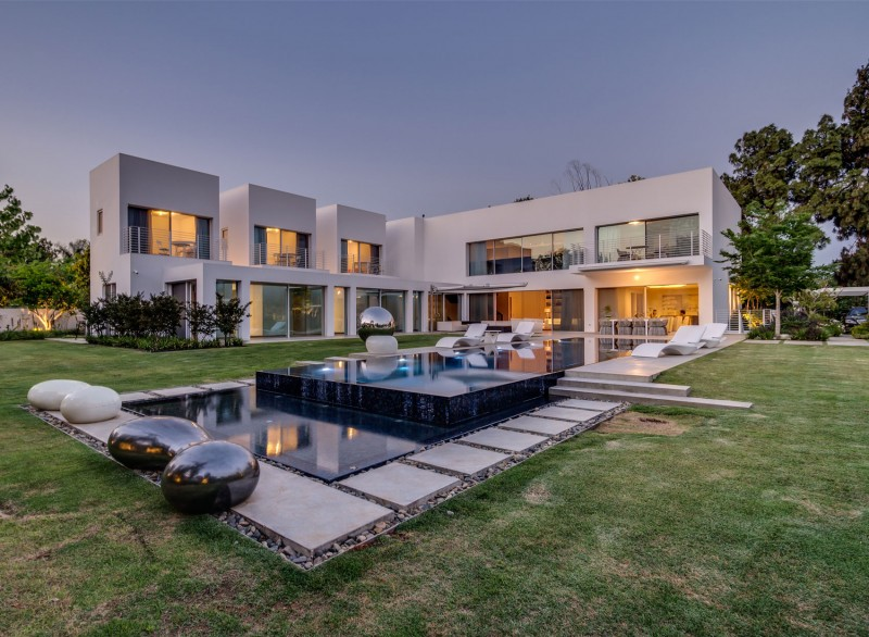 Unique Contemporary Villa by Nestor Sandbank 15