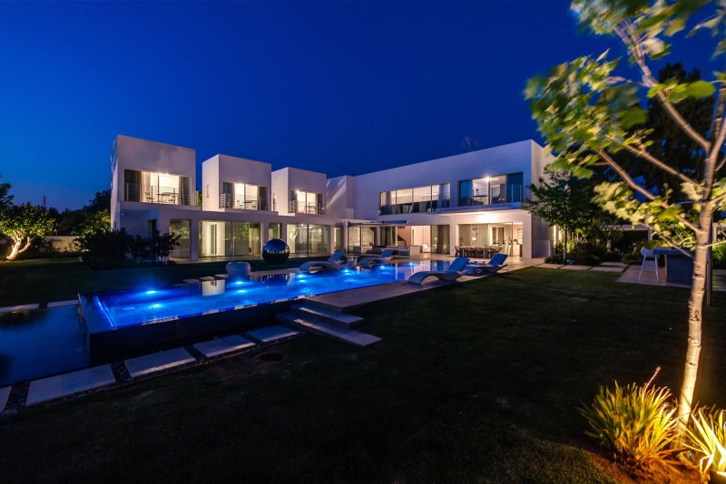 Unique Contemporary Villa by Nestor Sandbank 16