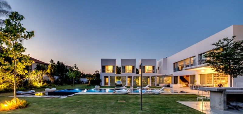 Unique Contemporary Villa by Nestor Sandbank 17
